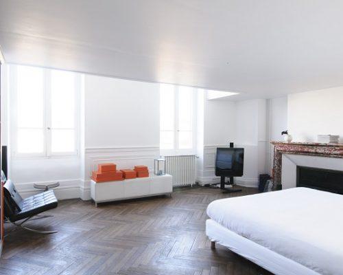 chambre-blanche-parquet-massif