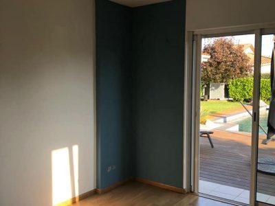 chambre avec parquet vernis et peinture bleu au mur
