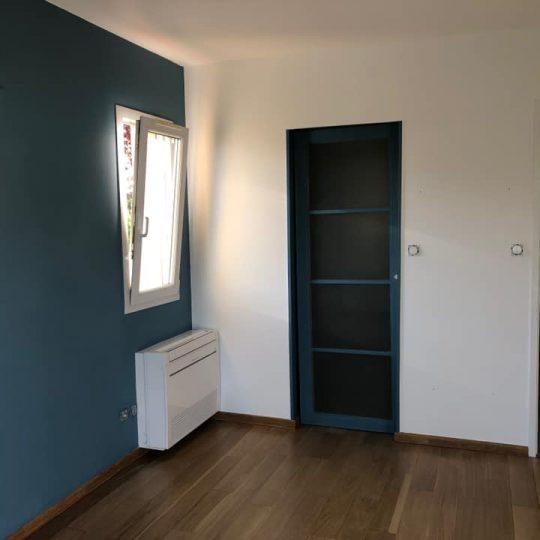 chambre avec parquet et mur peint