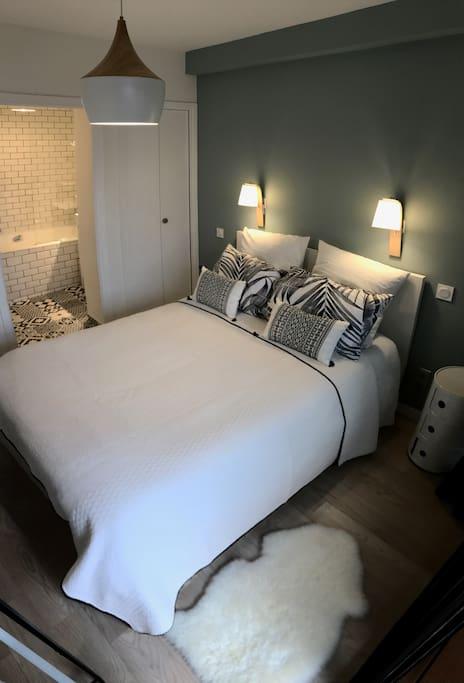 chambre avec grand lit et decoration moderne