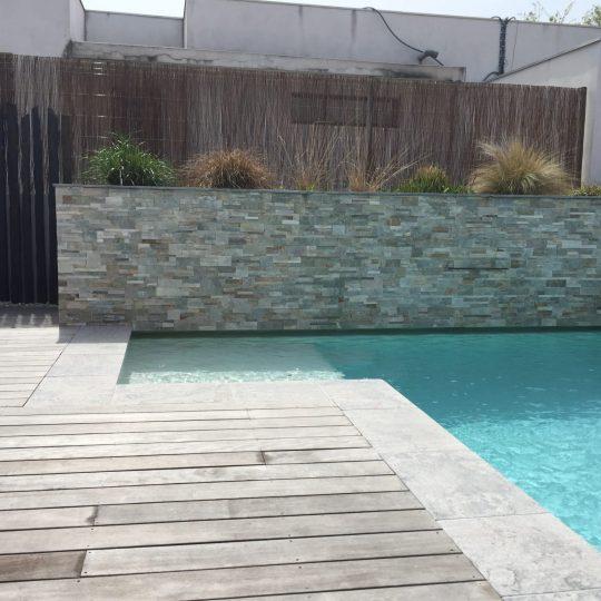 piscine-beton-projete-muret-pierre