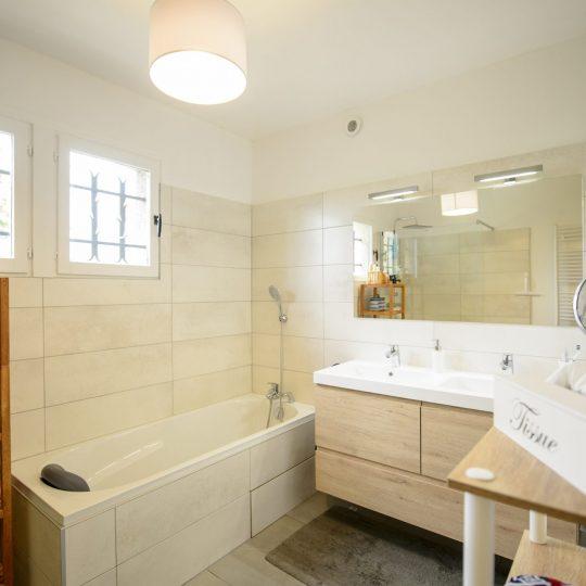 construction-salle-de-bain-moderne-artisans-reno