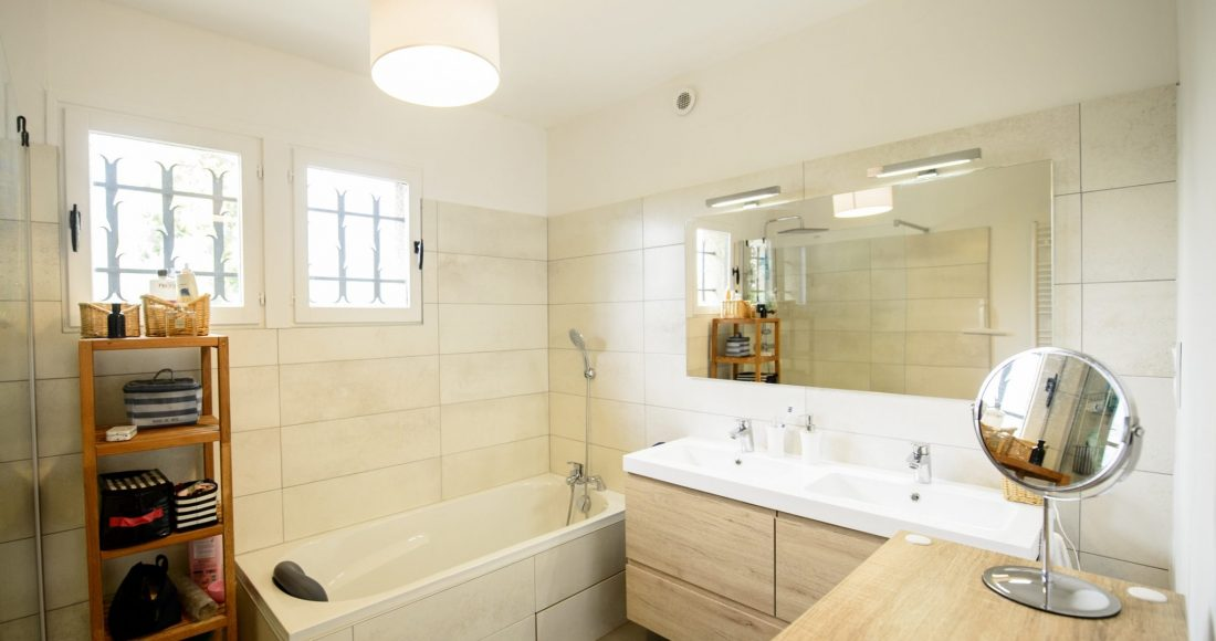 grande-salle-de-bain-moderne-artisans-reno