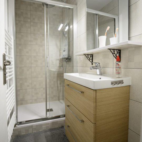 salle-de-bain-douche-moderne-artisans-reno