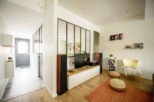 maison avec grande verriere d'interieur moderne en acier