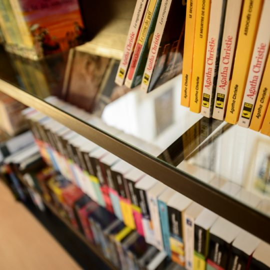 bibliotheque en metal et en verre design