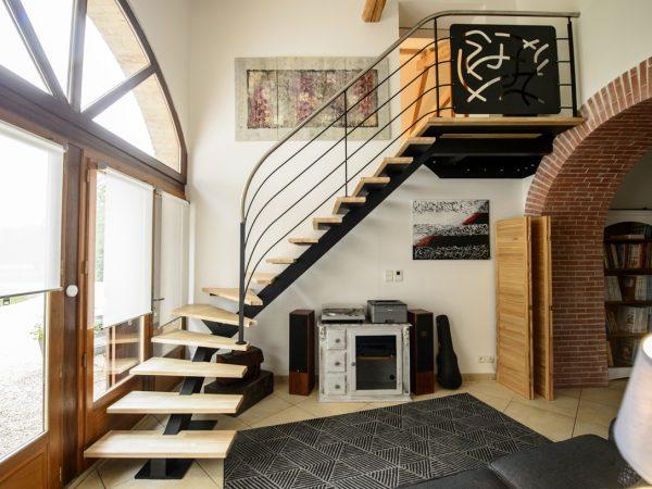 salon avec grand escalier moderne en fer