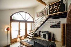 salon avec escalier moderne quart tournant en metal
