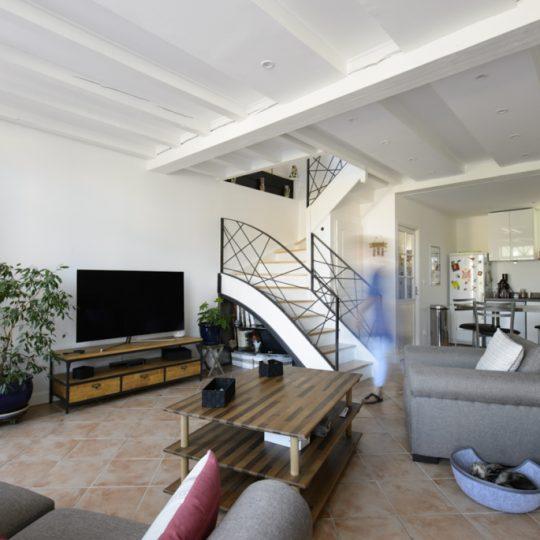 salon avec escalier et garde-corps moderne en metal