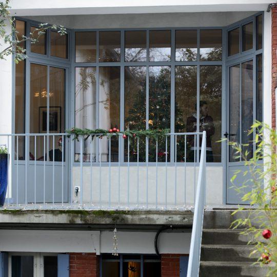 entree maison avec verriere exterieur et double portes en fer