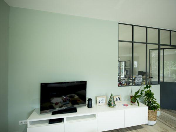 salon avec verriere d interieur et porte en metal moderne