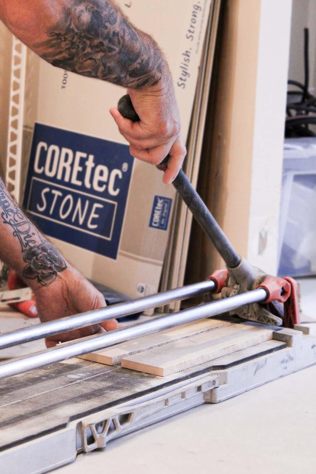 carreleur Artisans Reno utilisant une carrelette